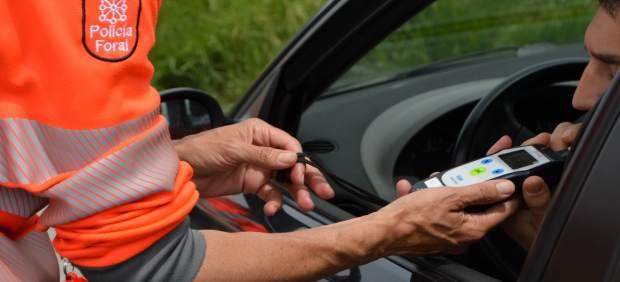 Agente de la Policía Foral realizando una prueba de alcoholemia