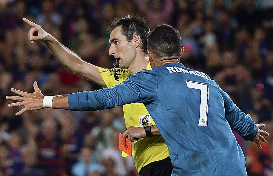 Messi, Simeone y Livaja: cómo se sancionaron otros empujones de futbolistas a árbitros
