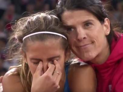 Ruth Beitia consuela a la atleta italiana tras su eliminación.
