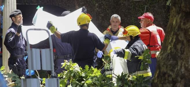 Bomberos y fuerzas de seguridad, en el lugar donde ha caído un árbol, matando al menos a 11 personas en Madeira.