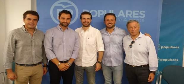 Pablo Casado, en el centro, en Elche