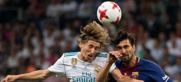 Modric y Gomes luchan por el balón en un lance aéreo