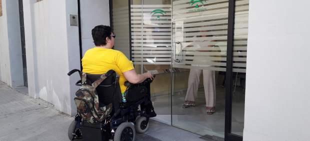 Ana González en la entrada de la Delegación Territorial de Salud de la Junta