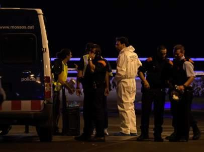 Investigadores en el lugar del atentado en Cambrils