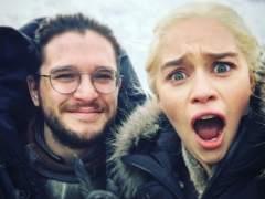 Emilia Clarke muestra los intentos de Jon Snow por ser un dragón