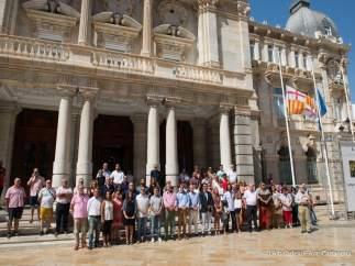 Silencio y banderas a media asta de Barcelona y Cambrils en Cartagena
