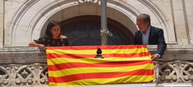 Los concejales María Sánchez y Manuel Saravia colocan la 'senyera' en el balcón