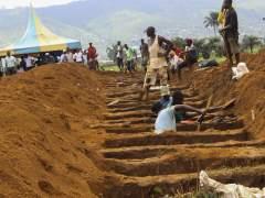 Sierra Leona entierra a 461 víctimas del deslave en la capital, entre ellas 156 niños