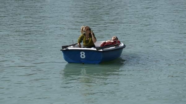 Parque de El Retiro, lago, laguna, barca , barcas, gente en barcas, persona