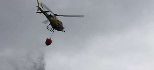 Helicóptero del Ibanat haciendo una descarga de muestra contra incendios