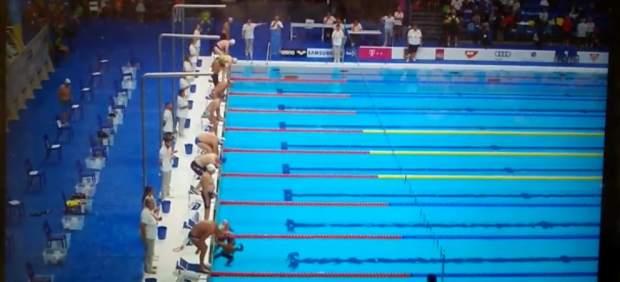 Nadador guarda un minuto de silencio.
