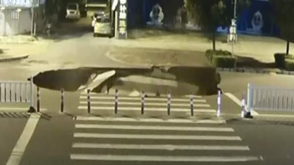 Un socavón se traga a un motorista en China
