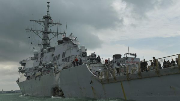 Choca un destructor de EE UU con un carguero mercante
