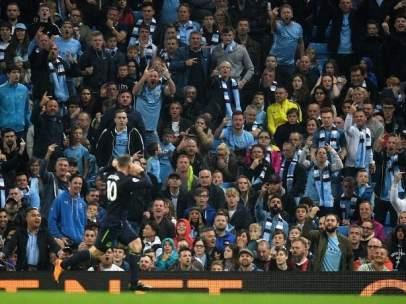 Rooney celebra su gol ante los aficionados del Manchester City