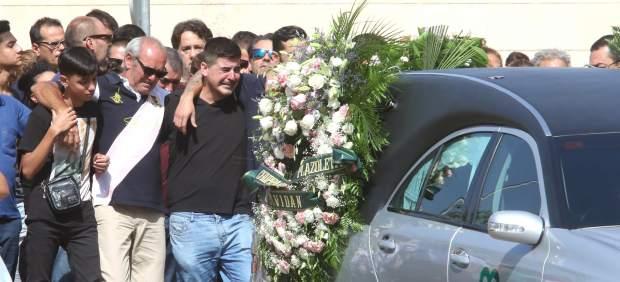 Familiares y amigos siguen al coche fúnebre con los restos de Rocío Cortés