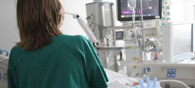 Enfermera con una máquina para tratar traumatismos pediátricos
