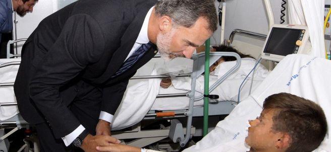 Felipe VI habla con un niño herido en el atentado de Barcelona