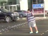 Un adolescente baila 'La Macarena'