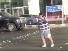 La Policía saudí libera a un adolescente detenido por bailar la 'Macarena' en plena calle