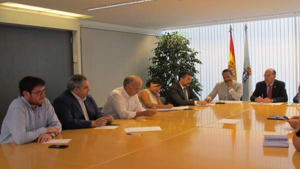 Jesús Vázquez Almuíña se reúne con representantes municipales de O Salnés