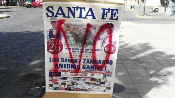 Cartel con pintada de la novillada de las fiestas municipales