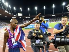 El británico Mo Farah celebra después de ganar la carrera de 5000 metros masculina