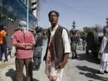 Civiles afganos durante el ataque suicida a una mezquita de minoría chií en Kabul.