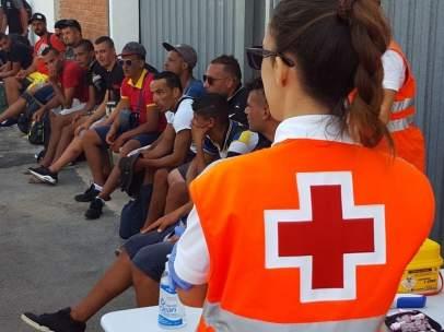 Los sanitarios atienden a los inmigrantes