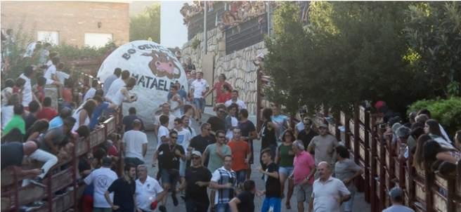 Encierro con una bola gigante en Mataelpino