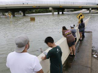 Observando una autopista inundada