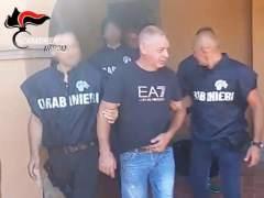 Agentes de la Policía italiana deteniendo a un jefe de la Camorra