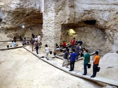 Plan abierto de los arqueólogos trabajando en el nivel Q del Abric Romaní de Capellades, el 8 de agosto de 2017.