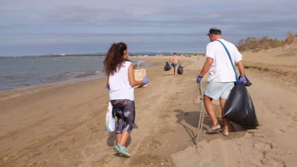 Recogida de basura en Isla Canela por voluntarios de Love2Sea.