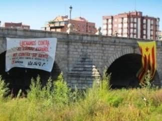 Estelada en el puente de Segovia (Madrid).