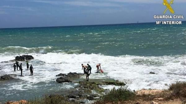 Rescate de los dos bañistas en Torrevieja