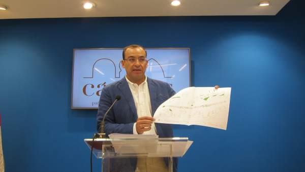Rafael Mateos muestra el plano de la avenida de la Hispaniad de Cáceres