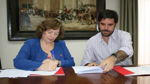 La consejera Elizalde y el alcalde Larrarte firman el convenio de colaboración.