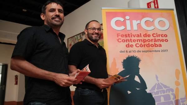 David Luque (dcha.) y Gonzalo Andino junto al cartel de CirCO