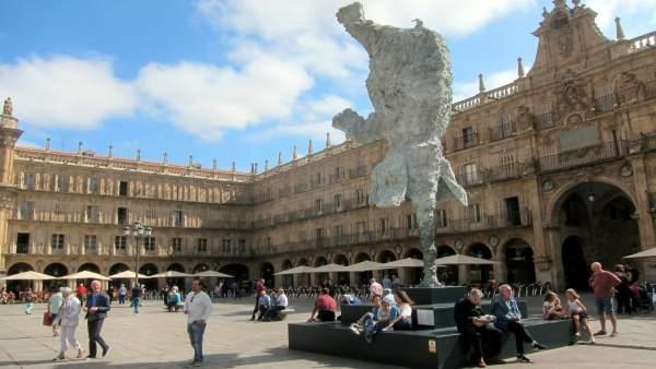 Escultura de Barceló en la Plaza Mayor de Salamanca