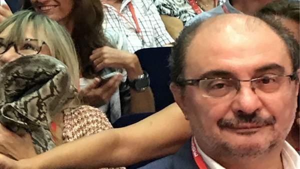 Secretario gral. PSOE-Aragón, Javier Lambán, y candidata, Carmen Dueso, detrás