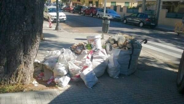 Vertido de escombros en la vía pública