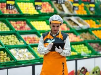 Trabajadora en un centro de Mercadona.
