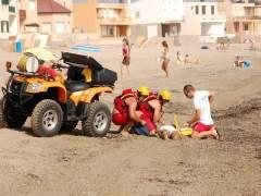 Dos Socorristas Y Un Voluntario De Protección Civil Auxilian A Un Bañista