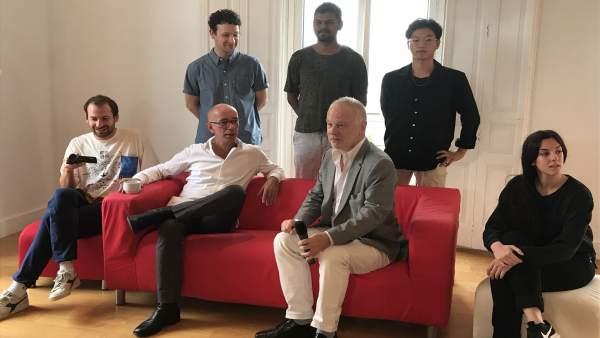 Höller y Weil con algunos de los jóvenes artistas que participan en el taller