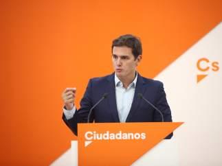 """Rivera acusa al PSOE de negar apoyo al Gobierno frente al 1-O por sus """"fractura interna"""""""