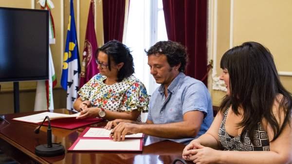 Firma del convenio entre Ayuntamiento y UPTA