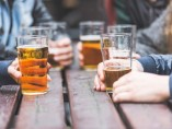 Personas consumen alcohol