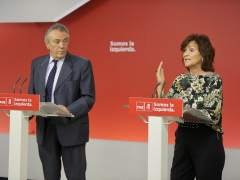 El secretario de Política Económica del PSOE, Manuel Escudero, y la secretaria de Igualdad, Carmen Calvo.