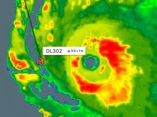 Un avión logra sortear el huracán Irma