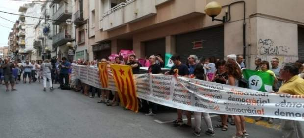 Protesta en frente de la sede del semanario El Vallenc en Valls